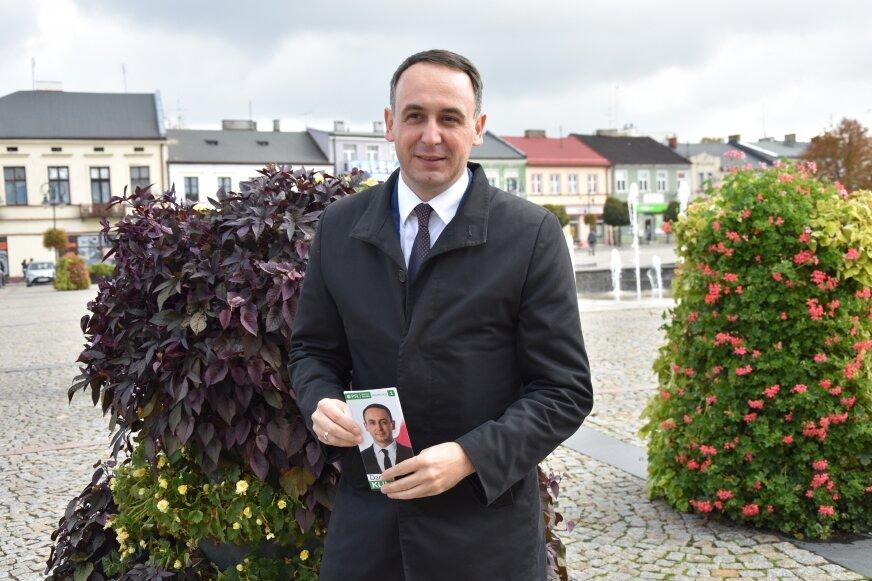 Dariusz Klimczak podczas przedwyborczej konferencji prasowej.