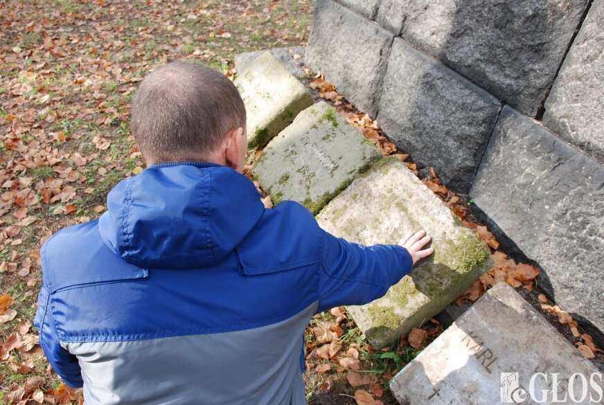 Zbigniew Skroński znlazł kilka tablic nagrobnych w rowie. Oczyścił je i przeniósł na cmentarz w Huminie.