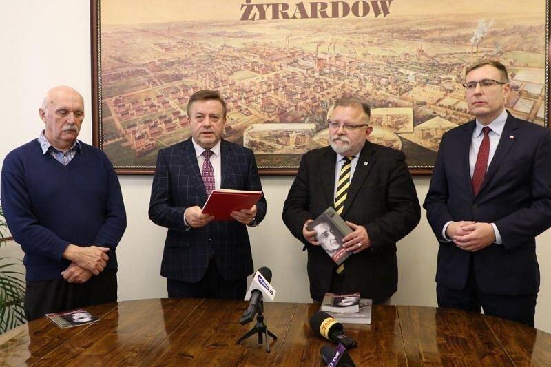 Na zdj. (od lewej): Ryszard Migros, przewodniczący rady miasta, Lucjan Chrzanowski, prezydent Żyrardowa, Jacek Pawłowicz, dyrektor Muzeum Żołnierzy Wyklętych i Maciej Małecki, poseł PiS.
