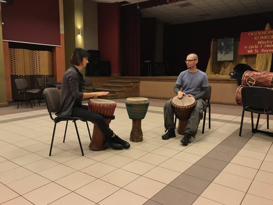 Olga i Krzysztof prowadzą warsztaty gry na bębnach z Afryki.