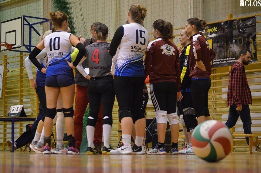 Podopieczne Grzegorza Hałatiuka i Marka Leśniewicza odniosły czwarte zwycięstwo w III lidze piłki siatkowej.