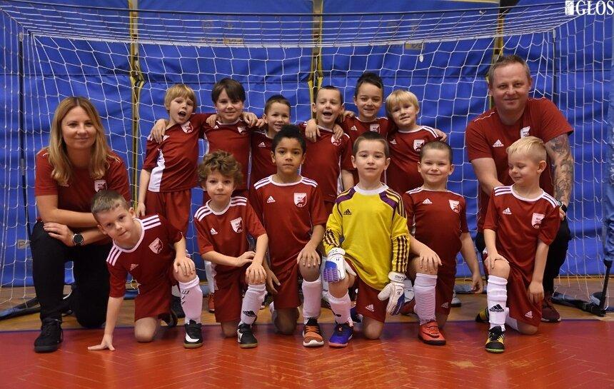 Dzieci z rocznika 2013 MLKS Widok Skierniewice z trenerami Kingą Pruszkowską i Rafałem Rożkiem.