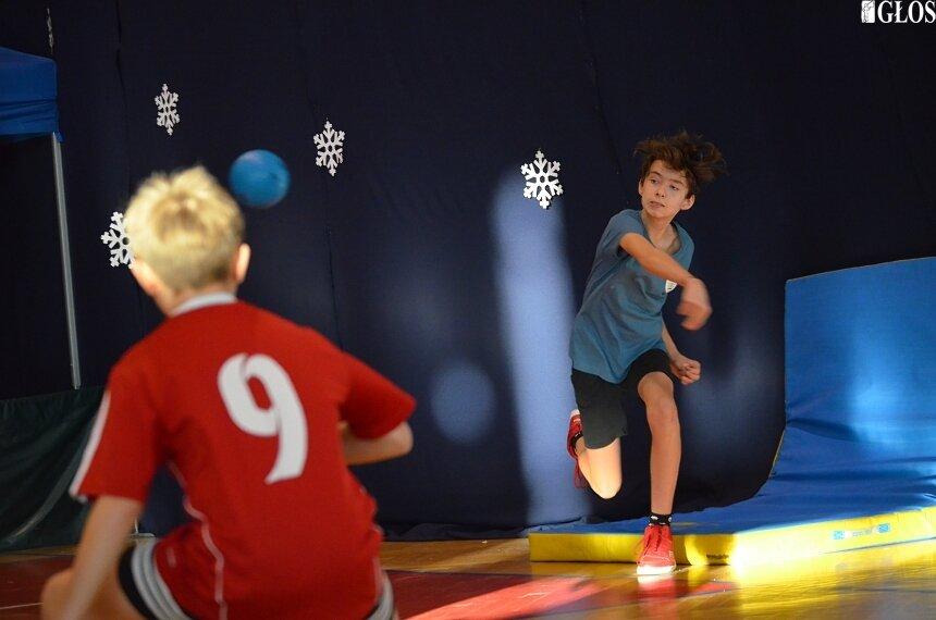 Mikołajki na sportowo skupiły w hali OSiR reprezentacje 9 szkół, które rywalizowały w zbijaka.