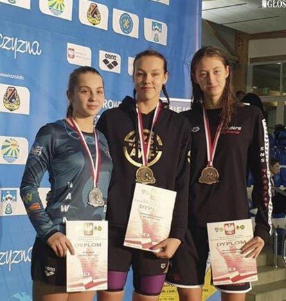 Alicja Ulicka (z lewej) zdobyła srebrny medal krajowego czempionatu w pływaniu.