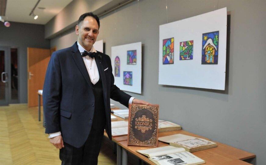 Na piętrze w holu wystawowym można obejrzeć kroniki dokumentujące działalność Miejskiego Domu Kultury na przestrzeni lat. Dyrektor Grzegorz Klimczak prezentuje jedną z nich