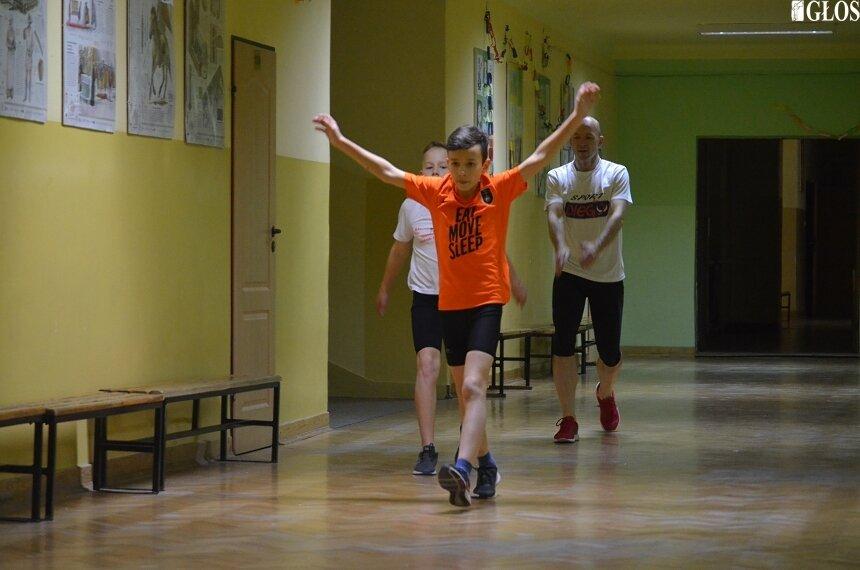 Skierniewiccy lekkoatleci zimą trenują na korytarzach Szkoły Podstawowej nr 5. Na zdjęciu Szymon Janecki, Alex Garbicz i Krzysztof Garbicz.