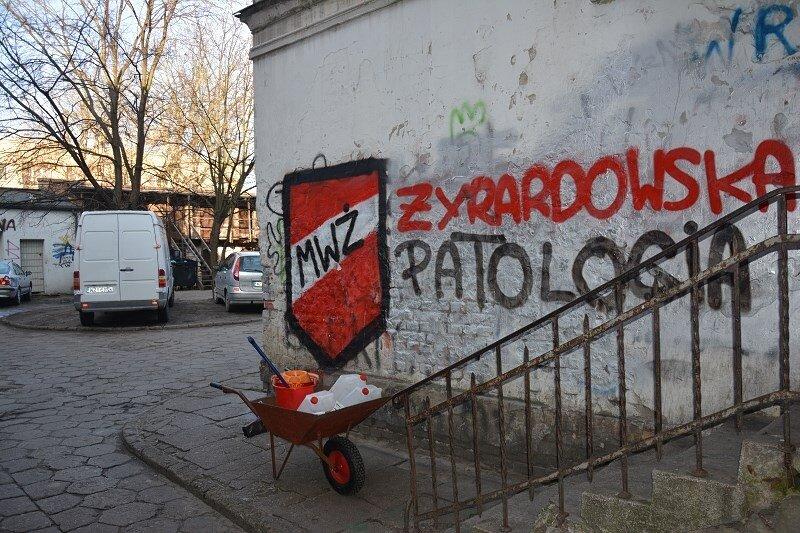 Napis na ścianie kamienicy przy ul. Waryńskiego 50 nie wymaga komentarza.