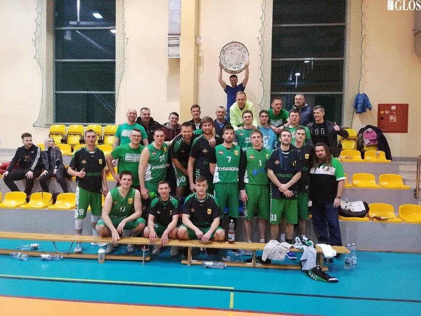 Zespół seniorów UKS Trójka wyrasta na głównego faworyta do zdobycia tytułu mistrzowskiego w III lidze basketu na Mazowszu.