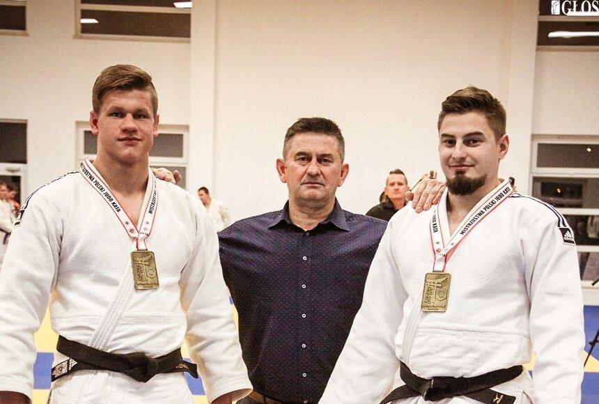 Michał Gołębiewski i Mateusz Bolimowski z trenerem Jerzym Gołębiewskim.
