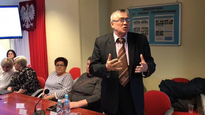 Radny Zbigniew Biernat podczas sesji wytłumaczył pracownikom powód decyzji w sprawie kwoty na podwyżki.