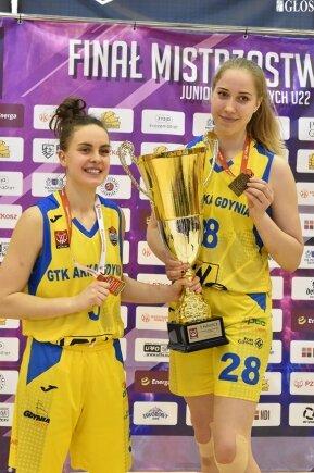 Anna Wińkowska i Julia Niemojewska z pucharem za tytuł mistrzyń Polski w koszykówce U22.