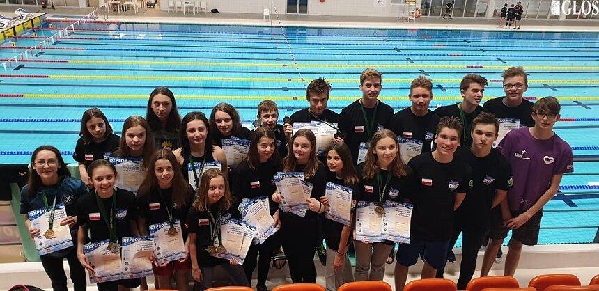 Pływacy UKS Nawa Skierniewice bardzo udanie rozpoczęli sezon startowy 2020. Na wspólnym zdjęciu podczas Otwartych Mistrzostwach Województwa Łódzkiego w Pływaniu.