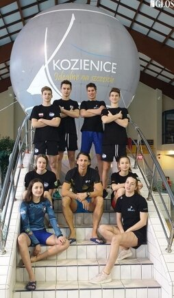 Pływacy UKS Nawa podczas Grand Prix w Kozienicach z trenerem Marcinem Sarną.