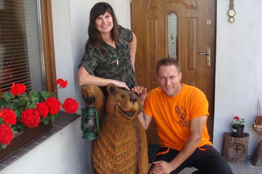 Andrzej z żoną Małgosią, oczywiście przy jedenej ze swoich prac.