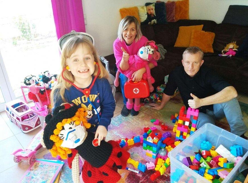 Ania Rieser z rodziną w domu, córka często zadaje pytania, co to jest koronawirus? W domu spędzamy czas spokojnie, raczej jesteśmy dalecy od zamartwiania, mówi Ania Rieser.