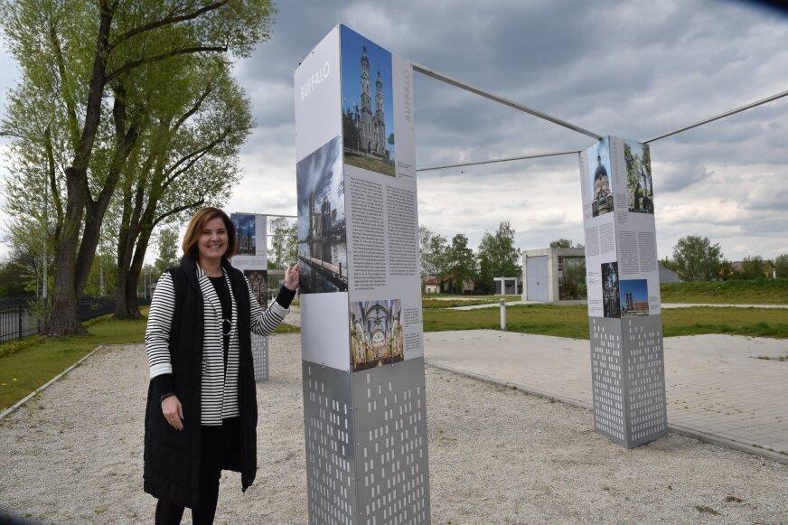 8 pylonów, każdy złożony z 3 plansz przedstawiających historię Polonii w Ameryce – stanęło w ogrodzie muzeum. – Można poznać zabytki sakralne, obrazy i inne pamiątki, które pozostały po Polonii, a które obecnie można zobaczyć podróżując po Ameryce – na wystawę zaprasza Agata Niedziółka, dyrektor muzeum.  Wystawę można zwiedzać do końca września.