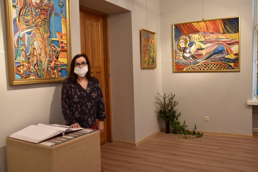 Kobiety, pejzaże, abstrakcje w malarstwie Bożeny Ozga-Morawskiej. Wystawę można zwiedzać do 21 maja.