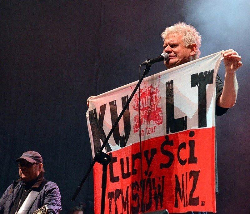 """Kazik jest liderem legendarnego zespołu """"Kult"""" podczas koncertu  w Żyrardowie."""
