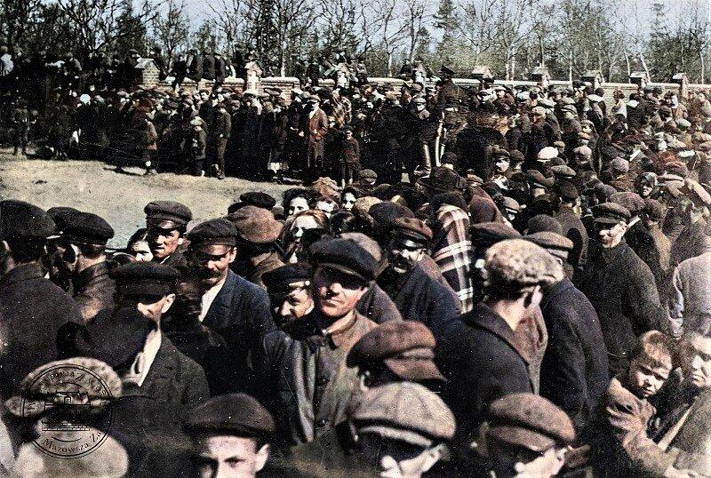Tłum gapiów oglądający ostatni bój Krwawego Popielarza