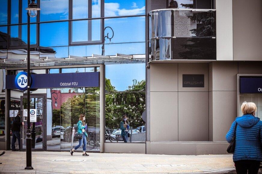 Tablica będzie umieszczona na froncie nowego budynku mieszkalnego z częścią handlowo-usługową na parterze.