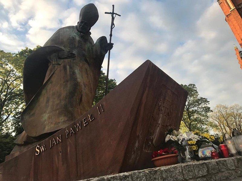 Po nabożeństwie, przedstawiciele władz Żyrardowa i parafii, złożyli kwiaty przy pomniku papieża.