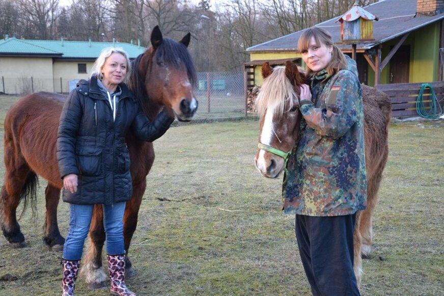 Agata Geilke i Mariola Badowska opiekują się zwierzętami, zawsze mają dla nich serce i czas.