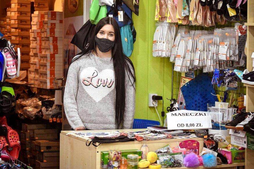 Klasyka to oczywiście maseczki białe i czarne, ale...  – mówi Andżelika Polit ze sklepu Zdrowy Bucik przy ul. Senatorskiej.