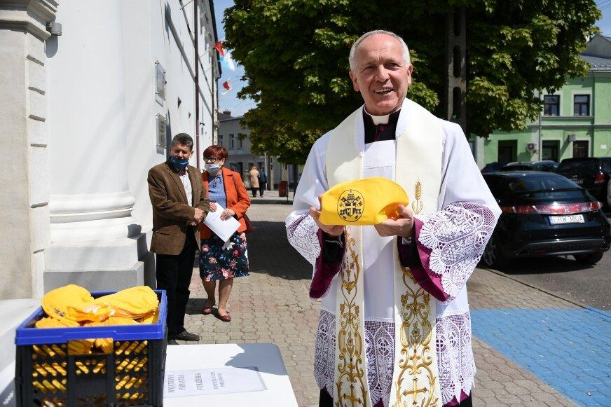 Podczas remontu dużego kościoła znaleziono furażerki papieskiej służby porządkowej. Ks. Bogumił Karp pokazuje jedną z nich. W minioną niedzielę wierni mogli je zabrać na pamiątkę do domu. Przypominamy, że obchodziliśmy 100. rocznicę urodzin Karola Wojtyły