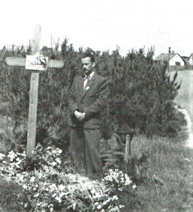Ryszard Świderski przy mogile braci. Pierwsze spotkanie od tragicznego wydarzenia, 1946 r.
