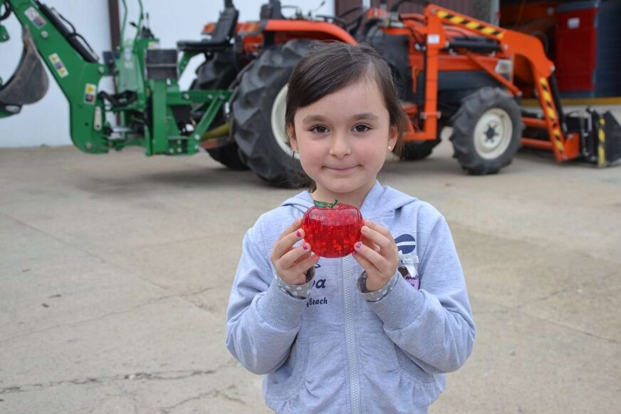 Amelka Rokicka pomimo niespełna siedmiu lat już deklaruje, że też chce być sadowniczką, tak jak dziadek i tata.