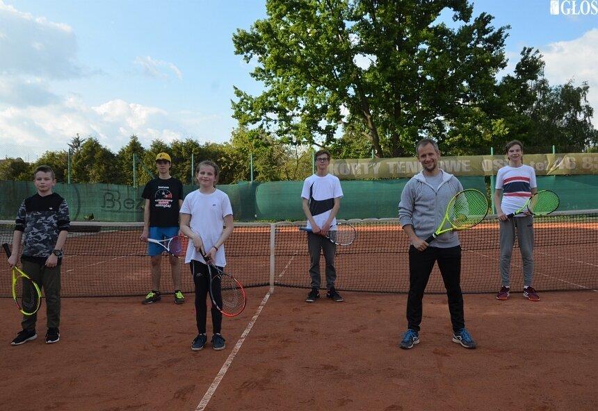 Młodzi adepci tenisa ze Skierniewic trenują już ponad 2 tygodnie.