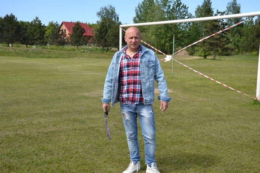 Mariusz Świstak na odnowionym boisku w Białej.