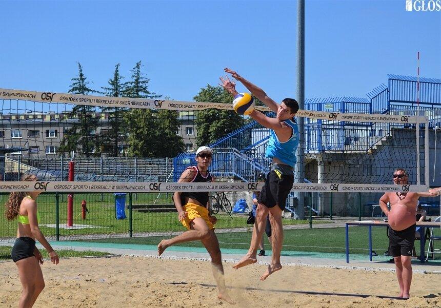 Turniej mikstów zakończył weekend z plażową odmianą piłki siatkowej na skierniewickich boiskach.