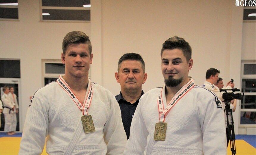 Mateusz Bolimowski to multimeladista mistrzostw Polski kata. Na zdjęciu z trenerem Jerzym Gołębiewskim i klubowym kolegą Michałem Gołębiewskim.