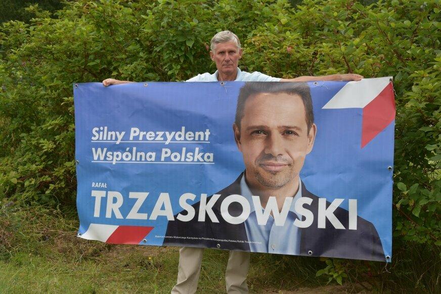 Pan Stanisław nie poddaje się i potwierdza, że będzie nadal wywieszał baner.