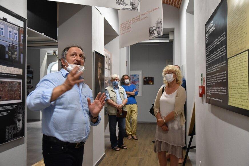 Wystawę przygotował oraz oprowadził po niej gości Michał Gałęzowski.