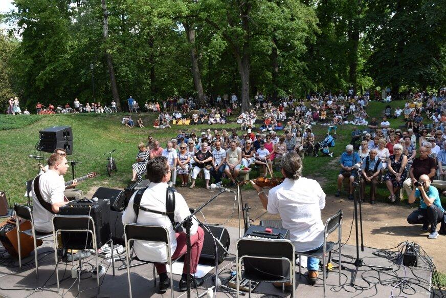 W poprzednich edycjach niedzielne koncerty w parku gromadziły wielu miłośników muzyki klasycznej.