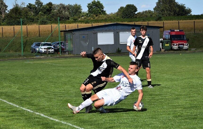 Zespół Jutrzenki Drzewce zainaugurował historyczny sezon w IV lidze. Mecz z rezerwami ŁKS zakończył się wygraną gości.