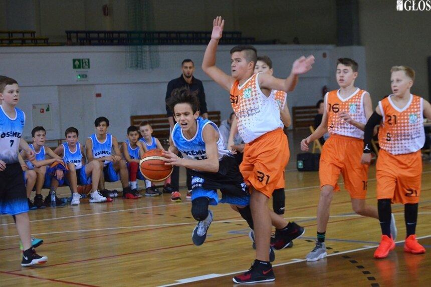 Najlepiej punktujący w sezonie 2019/2020 koszykarze i koszykarka ze Skierniewic to: Dominik Bartoniewicz (AZS) oraz Jan Łuczak, Patrycja Tomaszkiewicz i Dorian El-Ward (na zdjęciu, MKS Ósemka).