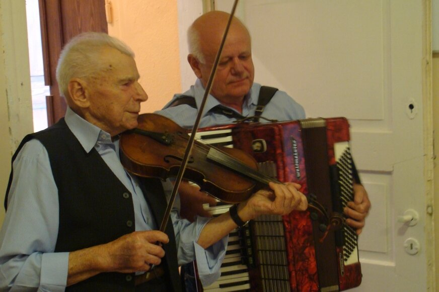 Stanisław Pietras podczas spotkania pokoleń i koncertu z wójtem Puszczy Mariańskiej Michałem Staniakiem.
