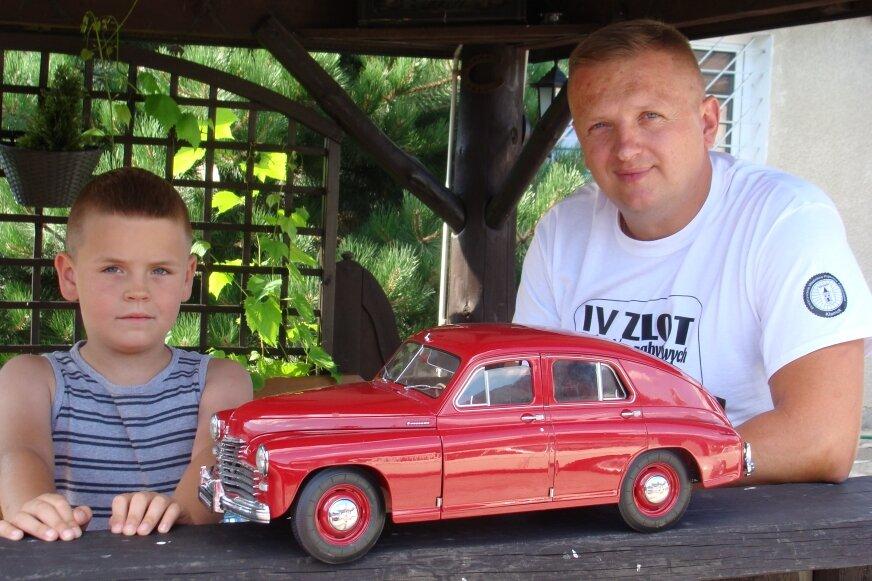 Jacek Borowiec z synem Mikołajem który też tak jak tata, kocha starą motoryzację.
