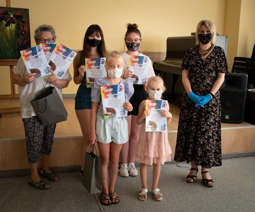 Laureaci nagrody odebrali w piątek (21.08) w Klubie Konstancja. Zwycięzcom gratulowała Agnieszka Kubik, wicedyrektor CKiS. (Fot. CKiS)