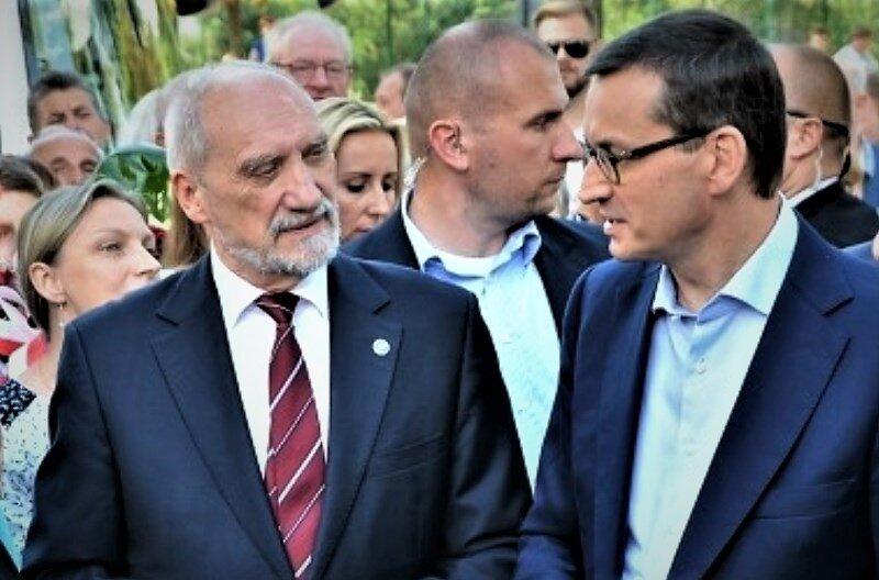 Rok temu premier Mateusz Morawiecki (z prawej) odwiedził Rawę Mazowiecką