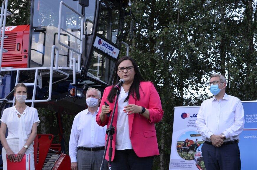 Odpowiedzialna w rządzie za politykę regionalną, minister Małgorzata Jarosińska-Jedynak podkreślała również, że rolnictwo to obszar gospodarki wymagający unowocześnienia, inwestycji w ucyfrowienie i zautomatyzowanie produkcji. Bardziej efektywna produkcja to działalność pozwalająca ograniczyć koszty, ale też oszczędzić zasoby energetyczne zasoby.