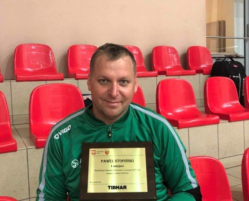 Paweł Stopiński zdobył tytuł mistrza Polski w mikście, odebrał także nagrodę za 1. miejsce w rankingu weteranów (40-49 lat) w sezonie 2019/2020.