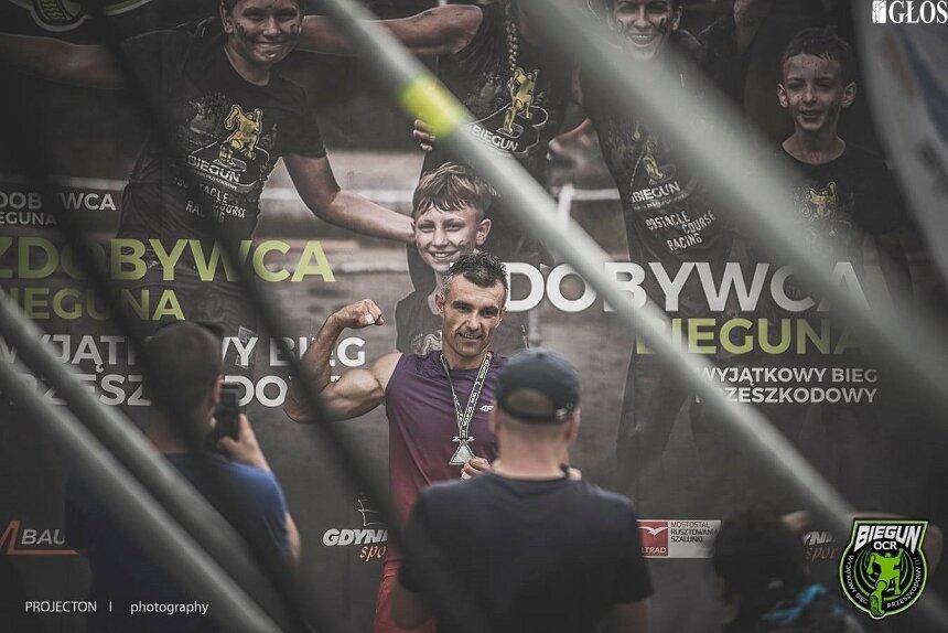 """Kamil Czarnołęcki ze Skierniewic lubi trudne wyzwania. Dziś zobaczymy go w akcji podczas programu """"Ninja Warrior Polska""""."""