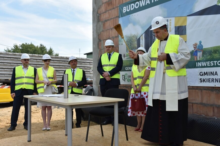 Kamień węgielny oraz mury poświęcił Wojciech Osial, biskup pomocniczy.