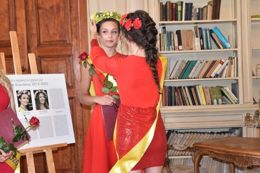 Kwiatową koronę tegorocznej zwyciężczyni konkursu piękności wręczyła Maja Sokołowska, Kwiat Skierniewic 2019.