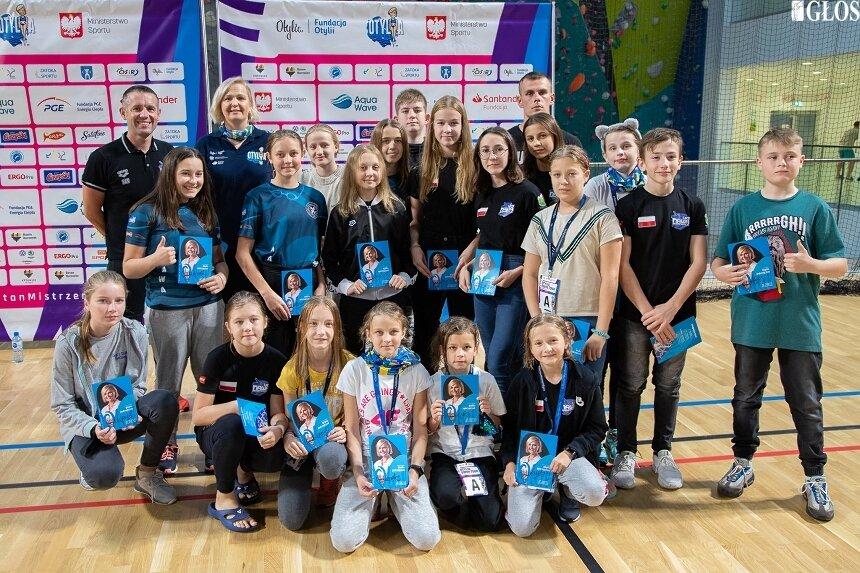 Skierniewiccy pływacy z UKS Nawa oraz trenerzy Zakrzewski i Szczepaniak na pamiątkowym zdjęciu z Otylią Jędrzejczak.