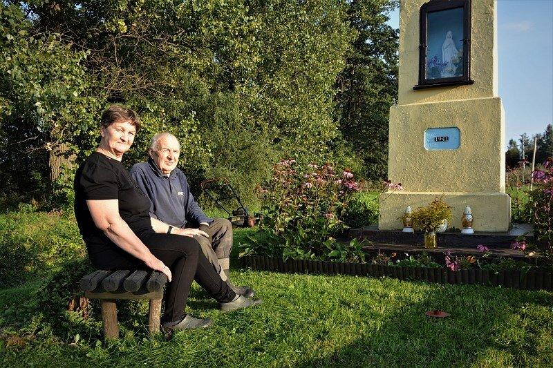 Alicję i Piotra Pękalaków często można spotkać przy kapliczce na skraju Trębaczewa